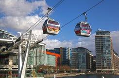 伦敦连接Excel展览会和O2竞技场的缆车 免版税图库摄影