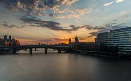 伦敦都市风景从伦敦桥的日落的 免版税库存图片