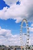伦敦都市风景包括伦敦眼在一个晴朗的夏天d 免版税库存照片