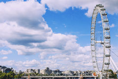 伦敦都市风景包括伦敦眼在一个晴朗的夏天d 库存照片