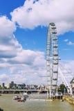 伦敦都市风景包括伦敦眼在一个晴朗的夏天d 免版税库存图片