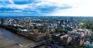伦敦都市风景有议会、大本钟和西敏寺房子的  英国 免版税库存照片