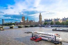 伦敦都市风景有议会、大本钟和西敏寺房子的  英国 库存照片