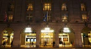 伦敦里茨旅馆在晚上 库存照片