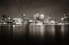 伦敦金丝雀码头在晚上 免版税库存图片