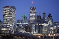 伦敦香港大会堂大厦和塔桥梁2016年11月18日在伦敦,英国 市政厅大厦有一异常,球茎sha 免版税库存照片