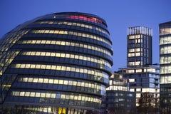 伦敦香港大会堂大厦和塔桥梁2016年11月18日在伦敦,英国 市政厅大厦有一异常,球茎sha 免版税库存图片