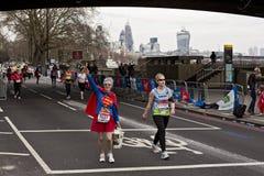 伦敦马拉松参加者 免版税库存图片