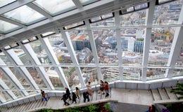 伦敦,休息和享受伦敦全景的天空咖啡馆的人们 免版税库存照片