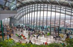 伦敦,休息和享受伦敦全景的天空咖啡馆的人们 库存照片