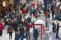 伦敦,伦敦,英国- 2015年9月12日:利物浦街道与许多的火车站人 免版税库存照片