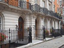伦敦,典雅的连栋房屋 免版税库存图片