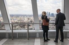 伦敦,商人谈话反对伦敦全景 免版税库存照片