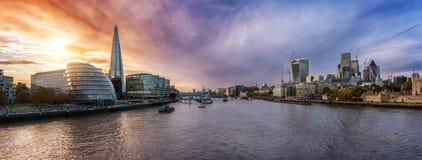 伦敦,在日落期间的英国现代地平线  库存图片