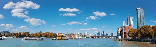 伦敦,在泰晤士河的全景从滑铁卢桥梁 免版税库存图片