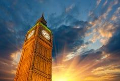 伦敦,大笨钟塔和时钟美妙的向上看法在太阳的 库存照片