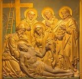 伦敦,大英国- 2017年9月17日:十字架的证言安心在教会圣Barnabas的 库存照片