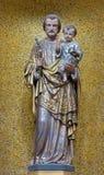 伦敦,大英国- 2017年9月17日:圣约瑟夫被雕刻的雕象在圣皮特圣徒・彼得意大利人教会 免版税图库摄影