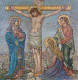 伦敦,大英国- 2017年9月17日:在十字架上钉死的马赛克在教会圣Barnabas的 图库摄影