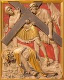伦敦,大英国- 2017年9月17日:在十字架下的耶稣秋天在圣詹姆斯西班牙人位置教会里  免版税库存图片