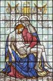 伦敦,大英国- 2017年9月16日:在彩色玻璃的圣母怜子图在从20的圣Clement丹麦人 分 免版税库存照片