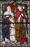 伦敦,大英国- 2017年9月17日:在彩色玻璃的圣洁家庭在教会圣詹姆斯西班牙人放 库存图片