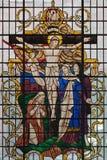 伦敦,大英国- 2017年9月17日:在彩色玻璃的在十字架上钉死在圣詹姆斯` s教会,卡迪里 库存图片