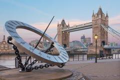 伦敦,大英国- 2017年9月14日:塔新娘和太阳在早晨光的河沿计时 图库摄影