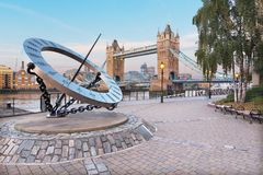 伦敦,大英国- 2017年9月14日:塔新娘和太阳在早晨光的河沿计时 库存照片