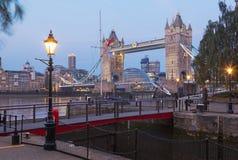 伦敦,大英国- 2017年9月14日:塔新娘和词条在圣Katharine在早晨光靠码头 库存照片