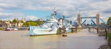 伦敦,大英国- 2017年9月15日:塔桥梁和巡洋舰贝尔法斯特的全景 库存照片