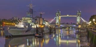 伦敦,大英国- 2017年9月17日:塔桥梁和巡洋舰黄昏的贝尔法斯特的全景 免版税库存图片