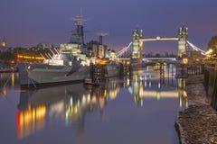 伦敦,大英国- 2017年9月17日:塔桥梁和巡洋舰黄昏的贝尔法斯特的全景 图库摄影
