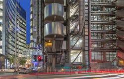 伦敦,大英国- 2017年9月18日:威利斯在黄昏的大厦和劳埃德` s大厦塔  库存图片