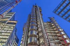 伦敦,大英国- 2017年9月18日:威利斯在黄昏的大厦和劳埃德` s大厦塔  库存照片