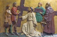 伦敦,大英国- 2017年9月17日:安心耶稣运载他的在教会圣Marys Pimlico的十字架 库存图片