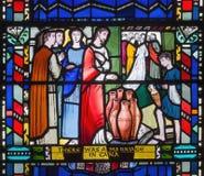 伦敦,大英国- 2017年9月16日:彩色玻璃他在Cana的婚礼教会圣的Etheldreda 库存图片