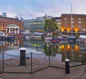 伦敦,大英国- 2017年9月14日:早晨光的St Katharine船坞 图库摄影