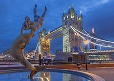 伦敦,大英国- 2017年9月16日:有一个海豚喷泉的女孩1973年黄昏的大卫Wynne 库存照片