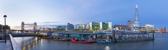 伦敦,大英国- 2017年9月15日:有塔桥梁城镇厅、碎片和河沿的全景 免版税库存图片