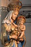 伦敦,大英国- 2017年9月17日:玛丹娜被雕刻的雕象教会圣的Barnabas 库存照片
