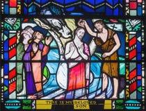 伦敦,大英国- 2017年9月16日:耶稣cene Babtism在彩色玻璃的在教会圣Etheldreda 库存图片