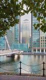 伦敦,大英国- 2017年9月19日:金丝雀码头塔和现代桥梁ower运河 免版税库存图片