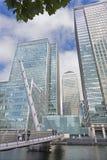 伦敦,大英国- 2017年9月19日:金丝雀码头塔和现代桥梁ower运河 库存照片