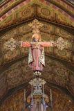 伦敦,大英国- 2017年9月17日:Jeus被雕刻的在十字架上钉死作为国王和教士的教会圣的Barnabas 图库摄影