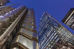 伦敦,大英国- 2017年9月18日:Leadenhall塔和Lloys大厦在黄昏 免版税图库摄影