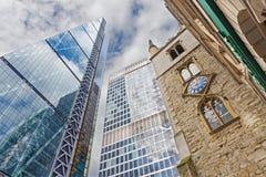 伦敦,大英国- 2017年9月14日:Leadenhall大厦和Aviva教会圣安德鲁Undershaft大厦和塔  库存图片