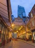 伦敦,大英国- 2017年9月18日:Leadenhall市场和Leadenhall耸立在黄昏 免版税库存图片