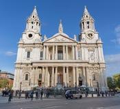 伦敦,大英国- 2017年9月14日:Sst保罗大教堂-西部门面 库存照片