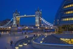 伦敦,大英国- 2017年9月19日-塔桥梁,有现代城镇厅大厦的散步在黄昏 免版税库存图片